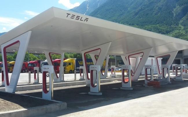 Tesla – aperto ad Aosta il Supercharger più grande d'Europa